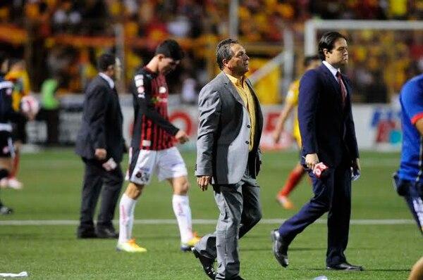 El técnico de Herediano, Marvin Solano, tras finalizar el primer tiempo de la final.