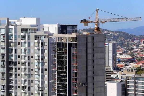 El desarrollo inmobiliario es más notable es sitios como Sabana, Rohrmoser, barrio Escalante y paseo Colón. En la imagen una torre de apartamentos ubicada en Sabana Oeste y, al fondo, los trabajos constructivos de un nuevo edificio. Foto: Rafael Pacheco.