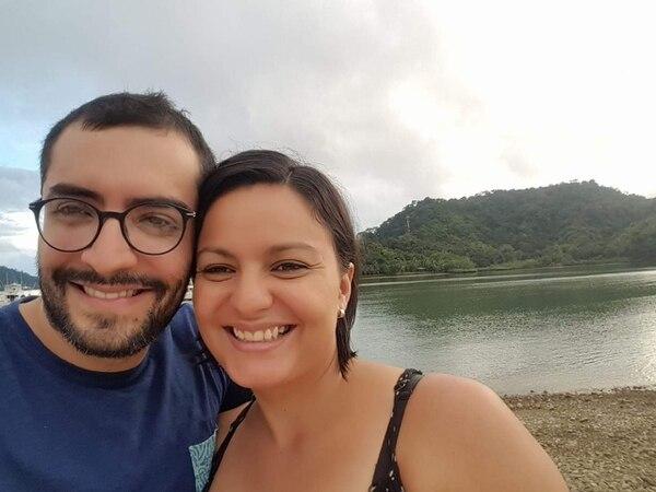 José Francisco Navarro Coto, 32 años, cirujano general que ahora trabaja en el hospital de Golfito, con su esposa, la enfermera Andrea Ledezma. CORTESÍA