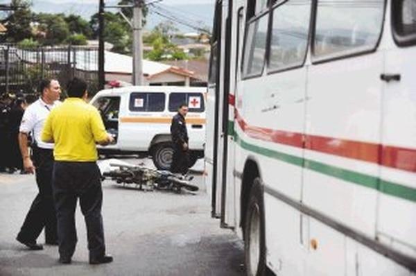 La carretera estaba mojada cuando ocurrió el accidente.   PABLO MONTIEL
