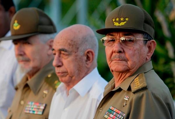 Tres veteranos de a Revolución cubana: Ramiro Valdez, José Ramón Machado Ventura y Raúl Castro (de izquierda a derecha) durante la conmemoración del Día Nacional de la Rebelión, el 26 de julio del 2009 en la ciudad de Holguín.