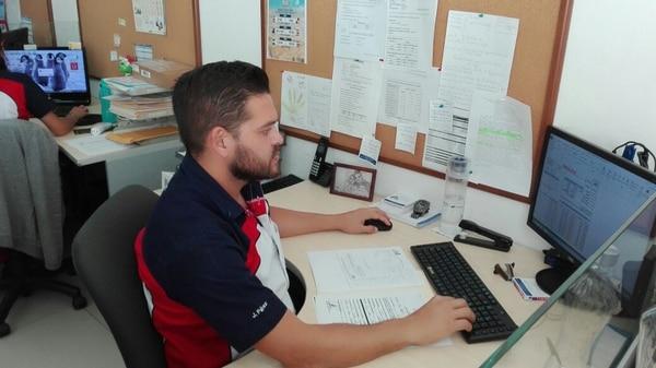 Johnny Pérez trabaja en la empresa Quickshipping Costa Rica, en el departamento de carga urgente.