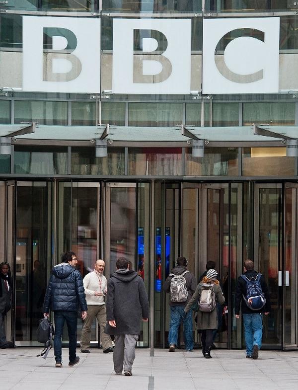 Empleados llegaban ayer a la sede central de la BBC en Londres. | AFP