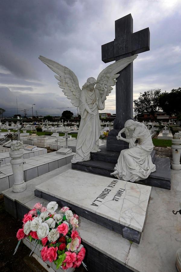 Este es uno de los conjuntos escultóricos más destacados del camposanto: el ángel de la confortación consuela a una mujer postrada por el dolor en la tumba de la familia Mata Bonilla. Foto: Rafael Pacheco