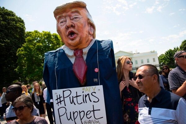 Un manifestante carga un muñeco del presidente Donald Trump, en el cual lo acusa de ser un títere de los rusos, en una profesta frente a la Casa Blanca este miércoles 10 de mayo.