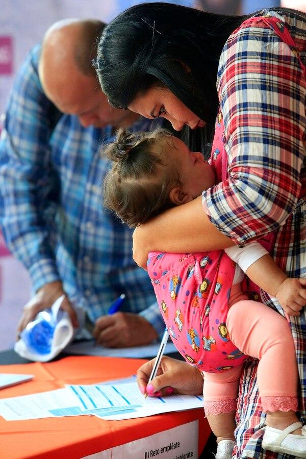 Susana Navas, hondureña con año y medio de vivir en el país, estuvo acompañada de su hija Angélica, de cinco meses. Foto: Rafael Pacheco