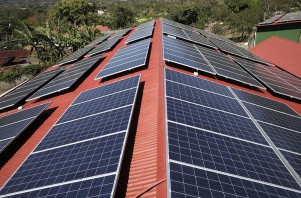 Las empresas y propietarios de viviendas e instalaciones pueden encontrar varias ofertas bancarias para financiar la instalación de paneles solares.
