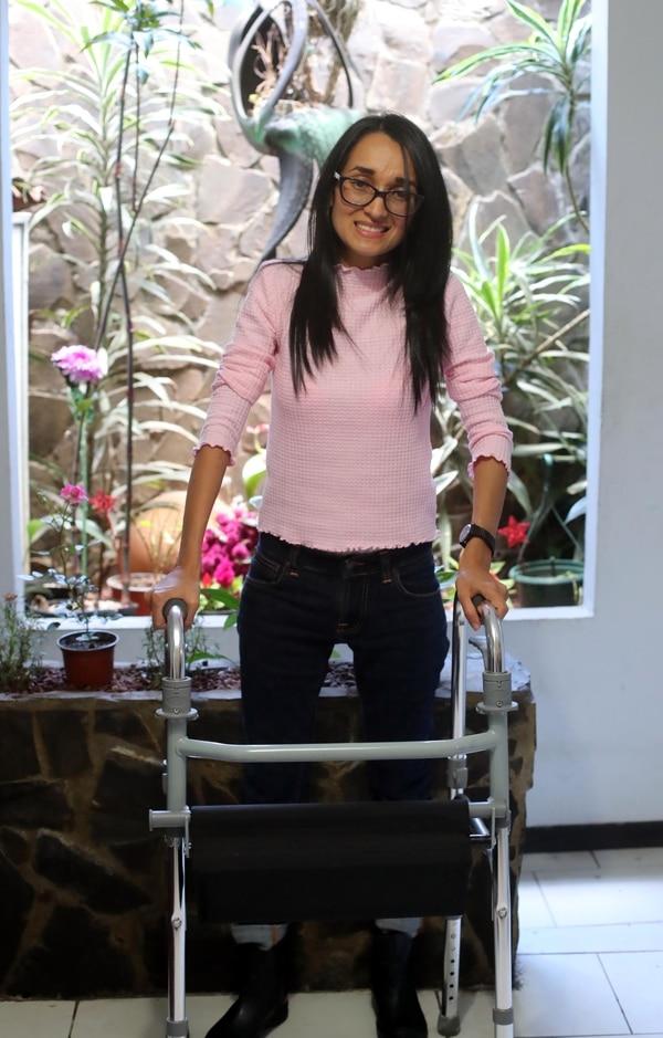 Andrea Narváez tiene 29 años y hace siete fue diagnosticada con esclerosis múltiple. Foto: Alonso Tenorio.