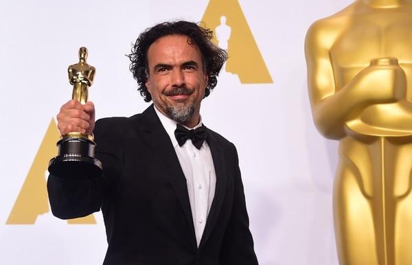 Alejandro Gonzalez Inárritu con la estatuilla que acreditó a 'Birdman' como la mejor película del año. AFP