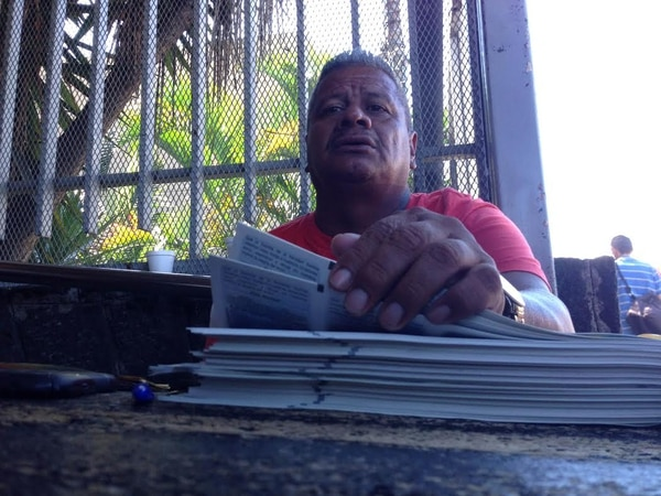 Frente al edificio de la JPS, en San José, un solo cliente le compró a Loría un entero del premio mayor.