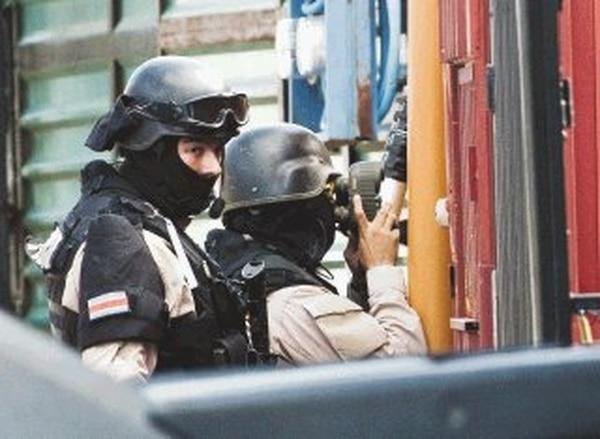 La policía debió vigilar la casa durante 24 horas.   JORGE CASTILLO