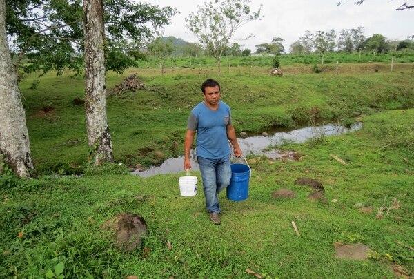 Los vecinos tienen que recoger agua de quebradas ante la contaminación con arsénico.