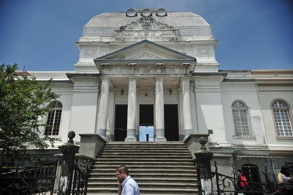 El edificio tiene un estilo arquitectónico de influencia neoclásica.