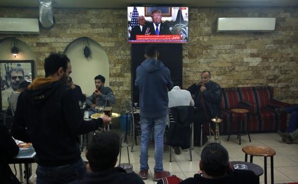 Palestinos reunidos en un café de Ramala, Cisjordania, escuchaban -este miércoles 6 de diciembre del 2017- a Donald Trump reconocer a Jerusalén como capital de Israel.