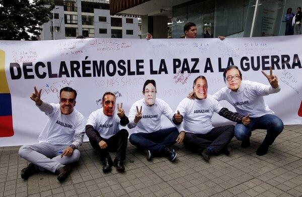 """Decenas de personas apoyaron el foro """"La Reconciliación, más que realismo mágico"""", realizado en Bogotá .   FOTO: EFE"""