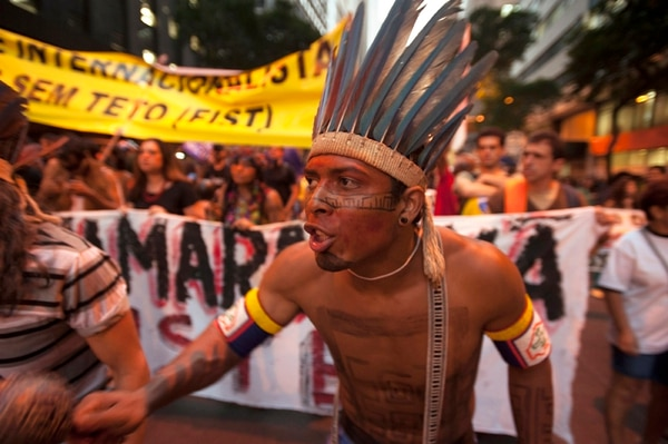 En Brasil, indígenas se unieron el jueves a las protestas en Río de Janeiro, por mejorar las condiciones de trabajo y los servicios públicos. | AFP.