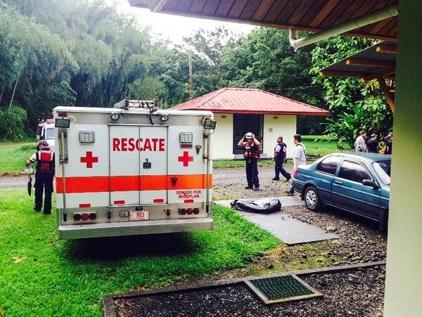 Socorristas de la Cruz Roja se preparan para continuar con la búsqueda de un agente del OIJ que desapareció en la Universidad Earth, Limón.