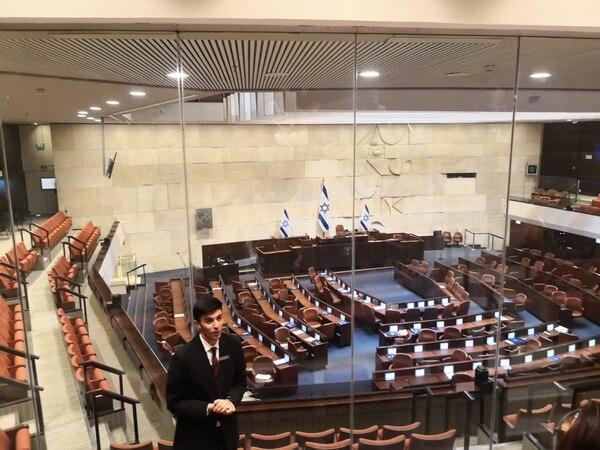 Elías es un joven español que dejó a su familia para ir a estudiar en Israel. Trabaja como guía en el Parlamento. Foto: Jorge Arturo Mora