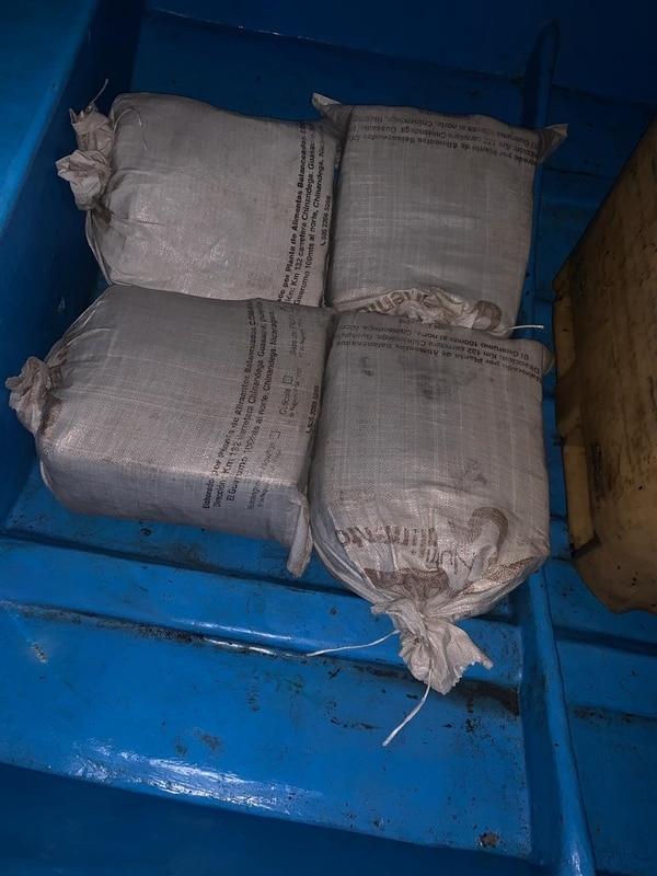 En la escena se ubicaron cuatro sacos que, aparentemente, contenían droga dentro de una lancha. Foto: MSP