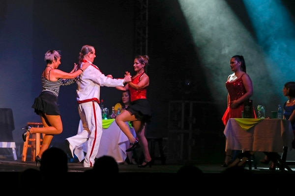 Movimiento en escena. El show de swing de Ligia Torijano puso ritmo a la noche de este viernes en Ciudad Neily. Mayela López