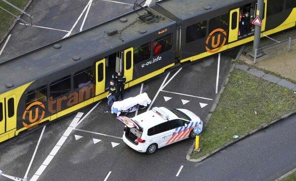Policías inspeccionaban el tranvía donde se produjo un tiroteo, este lunes 18 de marzo del 2019, en Utrecht, Holanda.