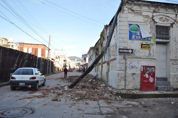 En la ciudad de San Marcos, Guatemala, varios dificios resultaron con daños por causa del sismo. | AFP