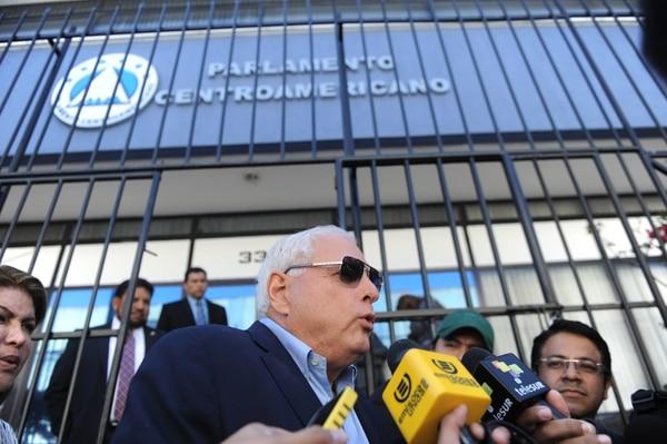 El expresidente Ricardo Martinelli habló con la prensa, el 28 de enero del 2015, frente a la sede del Parlamento Centroamericano en Guatemala.