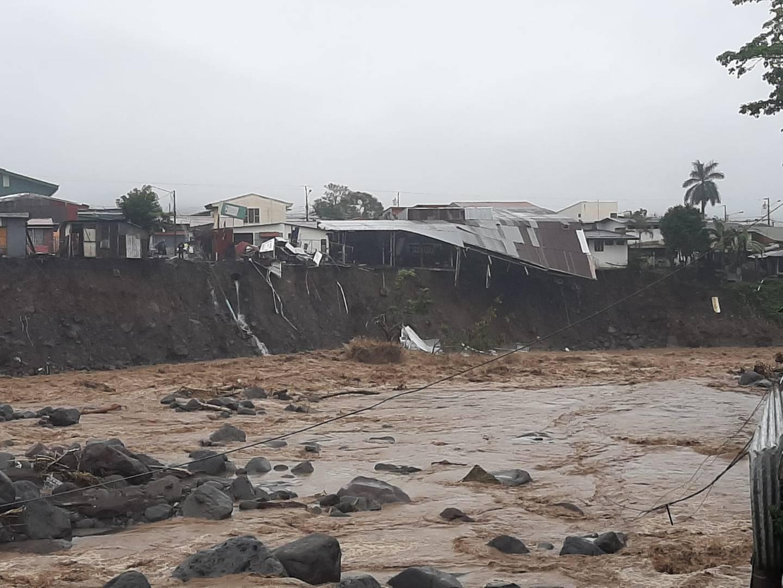 El material arrastrado desde aguas arriba golpeó las laderas del río Turrialba que en algunas zonas se llevó postes, caminos y casas. Foto: CNE.
