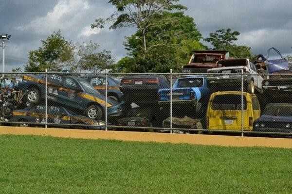 Para dar abasto, las autoridades han optado por apilar vehículos en el plantel de Palmares de Pérez Zeledón. El Ministerio de Salud advirtió que las condiciones del lugar no son adecuadas. | ALEJANDRO MÉNDEZ.