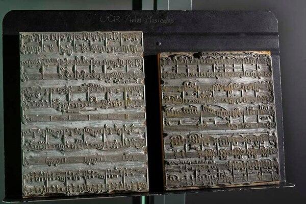 Estas placas de zinc eran propiedad del célebre músico Julio Fonseca. En estas se plasmaban las notas musicales y de ahí se imprimían en las partituras.