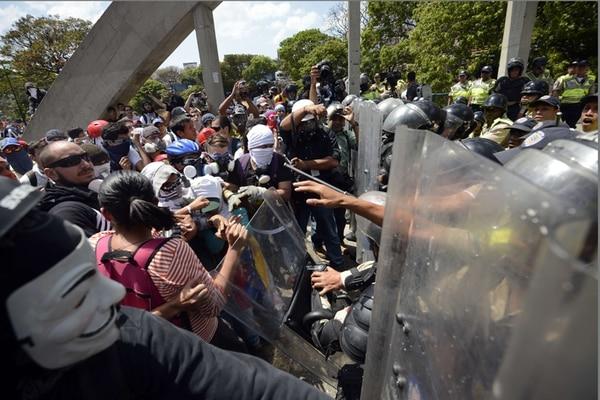 Manifestantes antigubernamentales se enfrentaron con la Policía durante una protesta, en Caracas, el 20 de marzo del 2014.