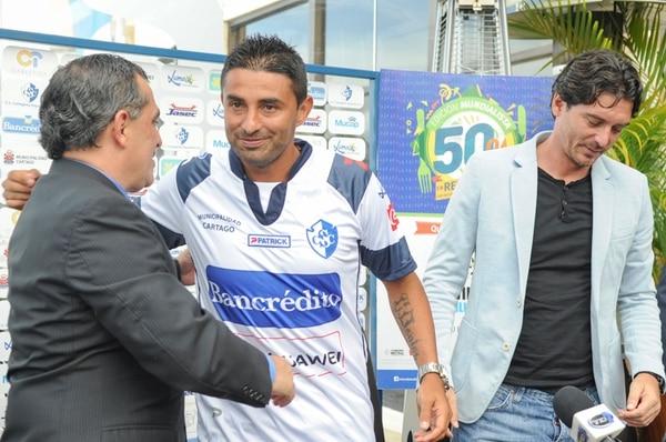 Carlos Loría (izq.), directivo del Cartaginés, y Claudio Ciccia, gerente, le dieron ayer la bienvenida a Carlos Hernández.   FERNANDO GUTIÉRREZ