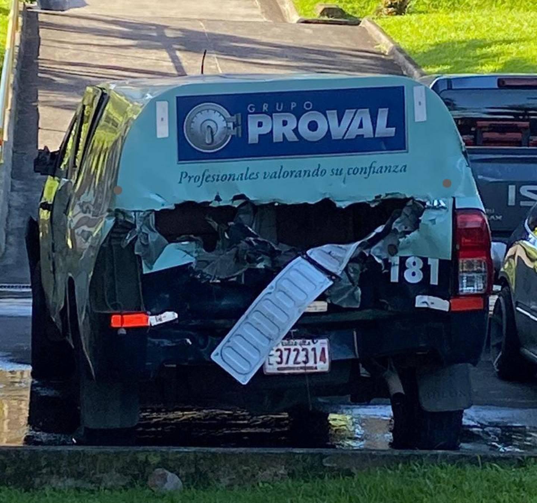 El carro de la empresa Proval fue llevado a los patios del OIJ para una inspección detallada. Foto: Reiner Montero.
