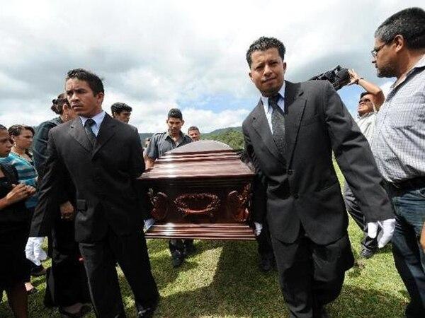 El féretro con los restos del abogado Antonio Trejo llegaba ayer a a un cementerio en Tegucigalpa. | AFP