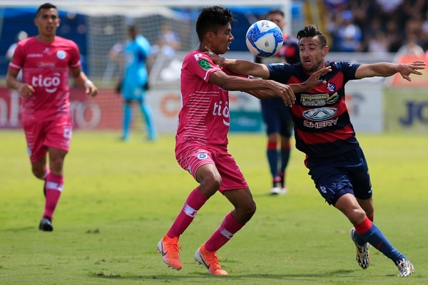 Paolo Jiménez lucha por la pelota con Carlos Martínez en el juego entre Cartaginés y Guadalupe. Foto: Rafael Pacheco