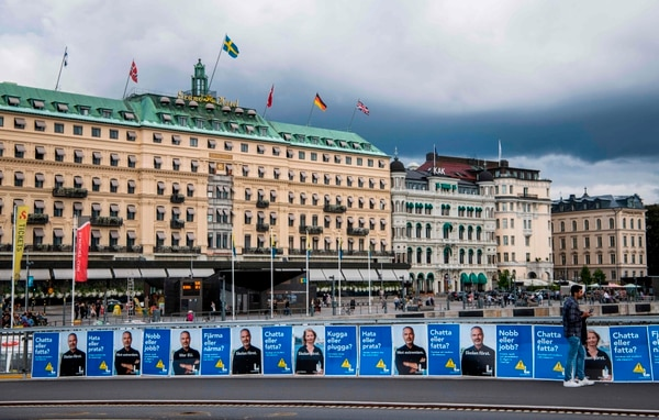 Afiches del líder del Partido Liberal sueco, Jan Bjoerklund, desplegados en Estocolmo, el sábado 1.° de setiembre del 2018.