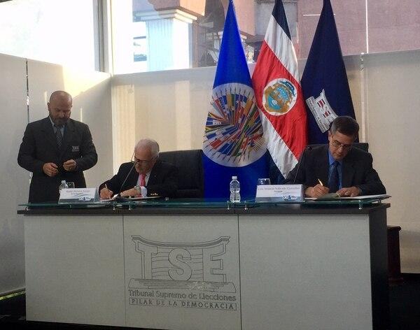 El presidente del TSE, Luis Antonio Sobrado (derecha), y el jefe de la misión de la OEA, Andrés Pastrana, firmaron el acuerdo de observación internacional para las elecciones, este jueves, en las instalaciones del Tribunal. Foto: Ximena Alfaro