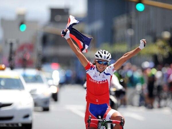 Marcela BertozziLa costarricense Edith Guillén celebra su victoria en la prueba de ruta, la única alegría del ciclismo nacional, del que se esperaba más medallas en los Juegos Centroamericanos.