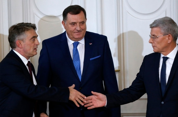 Los miembros de la Presidencia tripartita de Bosnia-Herzegovina Milorad Dodik (centro), Zeljko Komsic (izquierda), Sefik Dzaferovic se saludaron este martes 20 de noviembre del 2018 en Sarajevo.