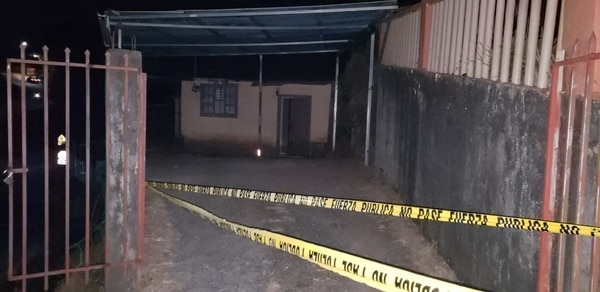 Los dos sospechosos de haber asaltado un supermercado permanecieron atrincherados en esta casa antes de entregarse a la Policía. Foto: Edgar Chinchilla