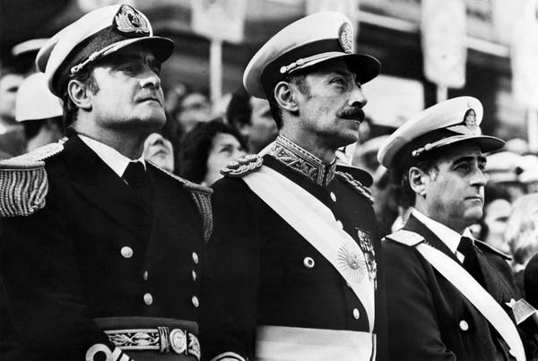El general Orlando Ramón Agosti (derecha), comandante de la Fuerza Aérea argentina; teniente general Jorge Rafael Videla (centro), presidente de facto, y almirante Emilio Massera, miembros de la primera Junta Militar que tomó el poder en marzo de 1976.