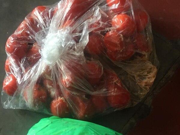 Tomates se pudren en el comedor de la escuela en Puriscal. Desde el 10 de setiembre nadie prepara los alimentos que se compraron.