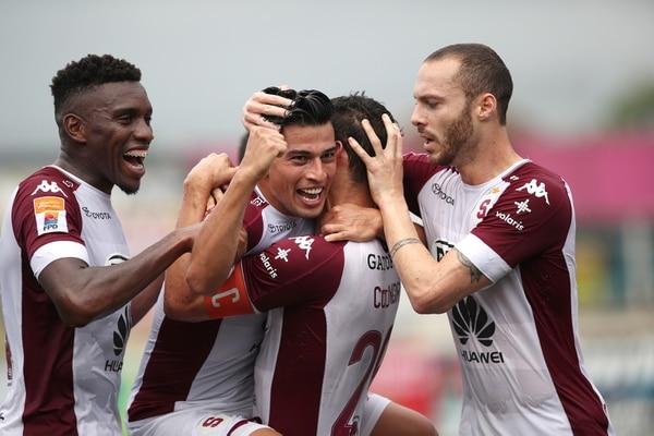 Ariel Rodríguez es felicitado por sus compañeros Daniel Colindres (espalda), Henrique Moura (derecha) y Jeikel Medina (izquierda) luego de anotar su tanto ante Santos. Fotografía: John Durán