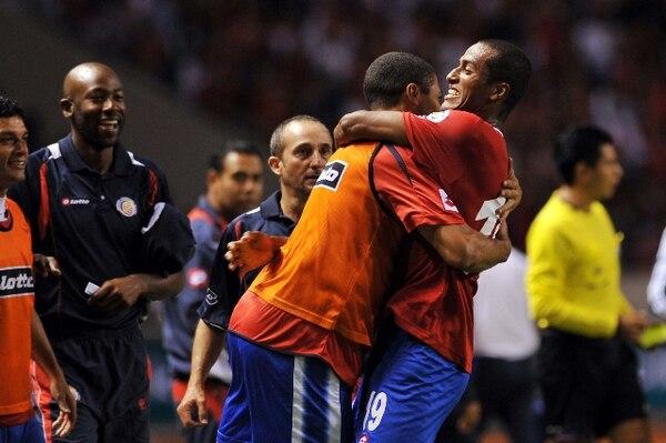 El defensor de Costa Rica, Roy Miller (derecha) se abraza con Álvaro Saborío tras anotar el único gol ante Honduras. | AFP