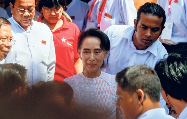 Aung San Suu Kyi llega a la sede de su partido en Rangún, Birmania, el lunes 9 noviembre. La Premio Nobel de la Paz pidió a sus seguidores no provocar a los adversarios, en sus primeras declaraciones tras las elecciones generales del domingo.