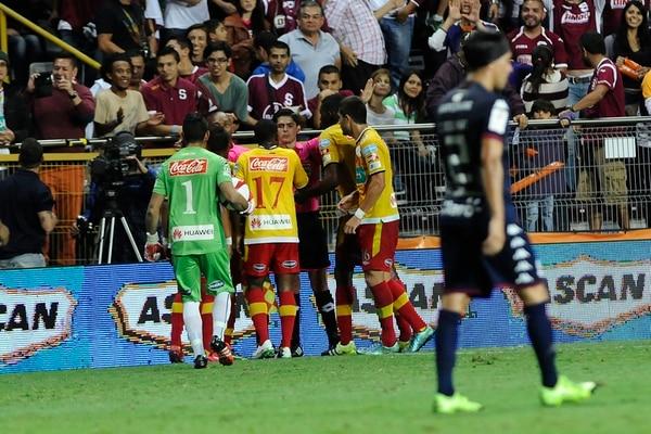 Los jugadores heredianos corrieron a reclamarle al línea Christian Foster y al central Ricardo Montero por el tercer gol de los morados, que marcó el mediocampista Marvin Angulo. | RAFAEL MURILLO.