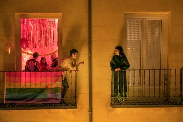 En los adelantos de la segunda temporada de 'La casa de las flores' se ve a Paulina en España meditando si debe de regresar a México a salvar a su familia. Foto: Netflix.
