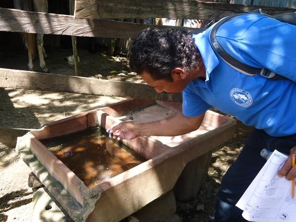Juan Pizarro inspeccionó posibles criaderos del zancudo en barrio Santa Cecilia, Santa Cruz. | ÁLVARO DUARTE GN