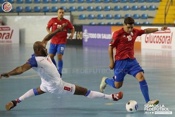Milinton Tijerino (10) marcó doblete para la Selección Nacional. En la acción remata ante el cierre del haitiano Emmanuel Dumorne. Cortesía: Fedefútbol