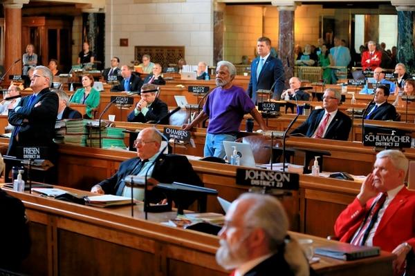 Los senadores Ernie Chambers (centro) y Beau McCoy (centro, al fondo) votaron el miércoles en favor del proyecto para abolir la pena de muerte en el estado de Nebraska.